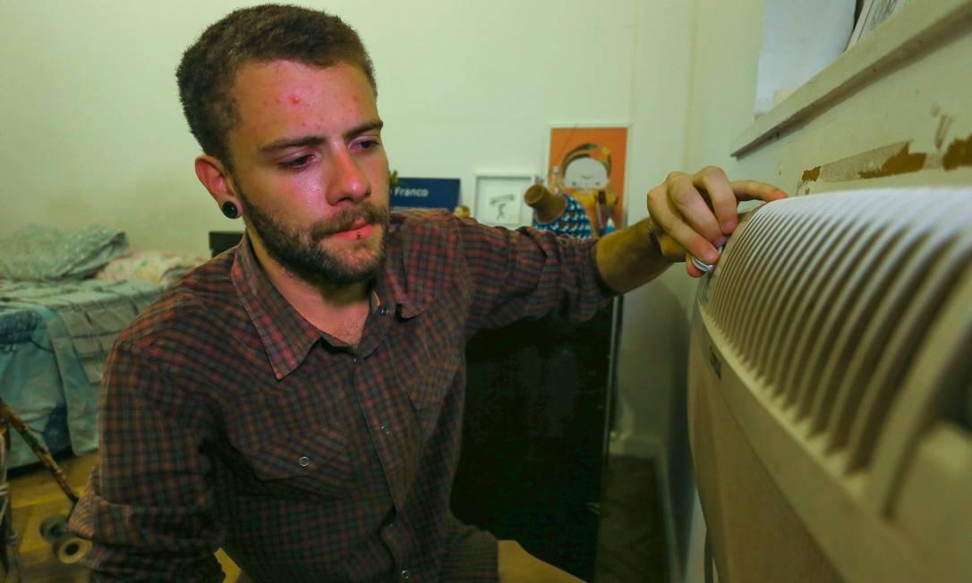 Estratégia. Gabriel Franco mudou hábitos para compensar o aumento da conto pelo maior uso do ar-condicionado Foto: / Marcelo Regua