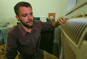 Gabriel Franco mudou hábitos para compensar o aumento da conta pelo maior uso do ar-condicionado Foto: Marcelo Regua