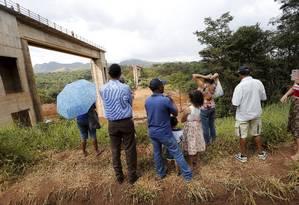 Moradores observam o trabalho de resgate no bairro Córrego do Feijão Foto: Domingos Peixoto / Agência O Globo