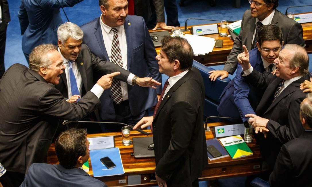 Os senadores Renan Calheiros e Tasso Jereissati discutem durante votação para a presidência do Senado, que se arrastou por dois dias Foto: Daniel Marenco / Agência O Globo