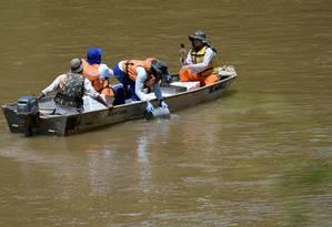 Técnicos da Vale monitoram qualidade da água do Rio Paraopeba, afetado pela queda da barragem Foto: WASHINGTON ALVES / REUTERS