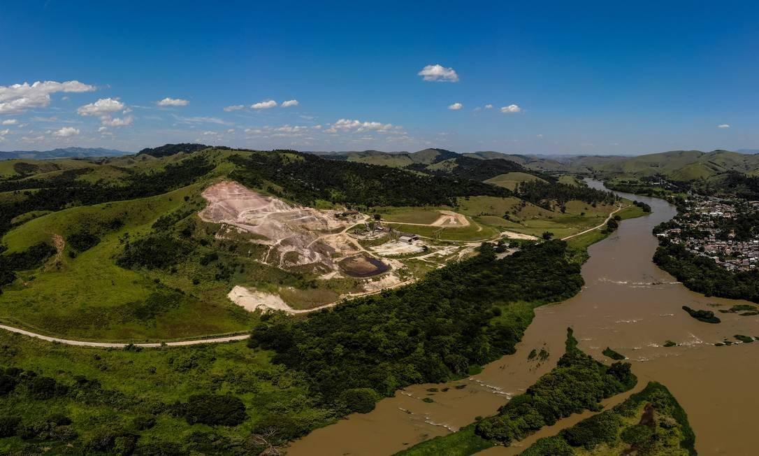 Barragem da Cimento Tupi, em Quatis, no Sul Fluminense: a 500 metros da Via Dutra, seu rompimento derramaria toneladas de argila arenosa e aumentaria a turbidez no Rio Paraíba do Sul Foto: Brenno Carvalho