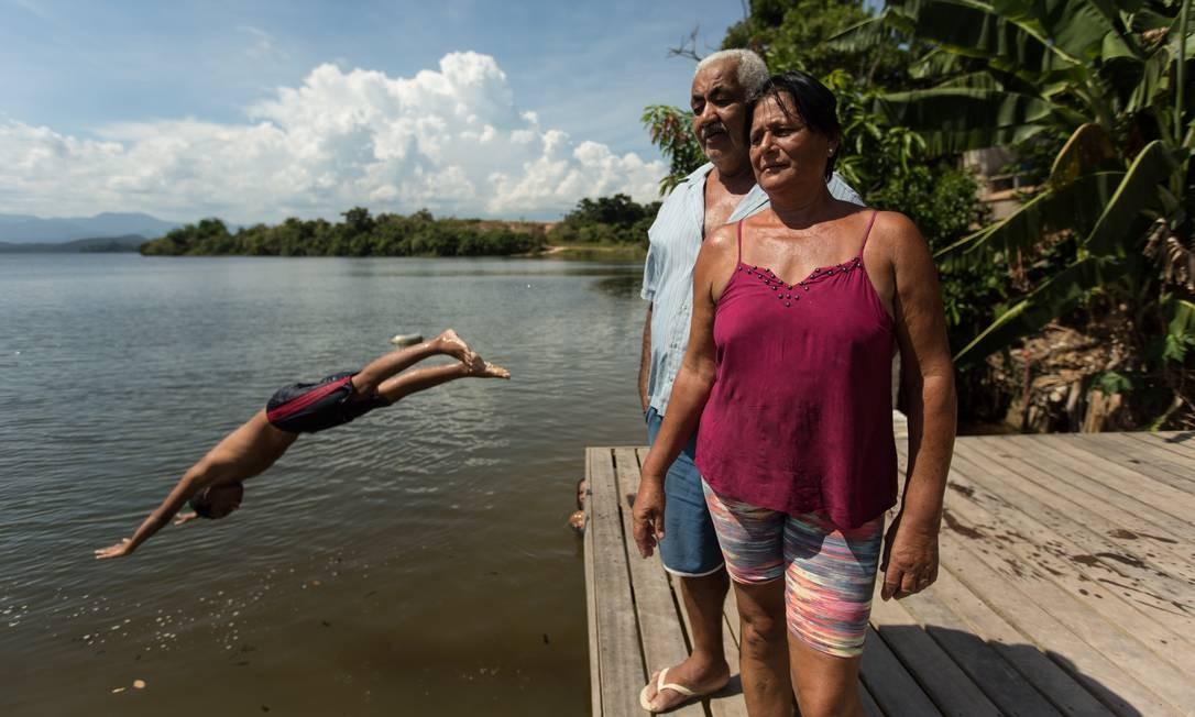 Valdemir e Maria José são moradores e donos de um restaurante da região da represa de Juturnaíba: 'Deus nos proteja de um acidente. Se estourar, vai tudo abaixo, fazendas e casas ao longo do Rio São João', diz ele Brenno Carvalho