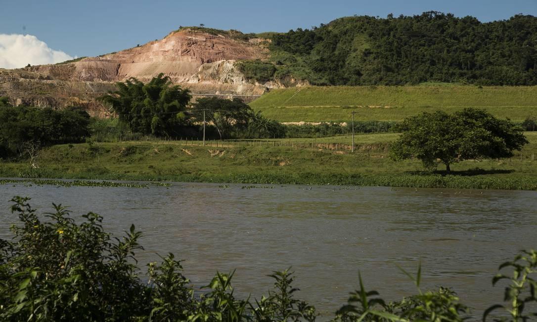 Só no Rio, segundo relatórios de órgãos federais, há pelo menos sete barragens, que armazenam água ou restos de mineração, com alto dano potencial associado (DPA). Como a da Cimento Tupi, em Quatis Foto: Guito Moreto