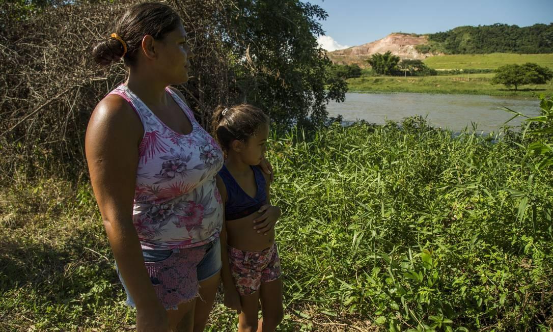 Barragem de Cimento Tupi, em Quatis, município de Barra Mansa tem alto potencial de risco. Isadora Jesus e sua filha, Vitória, vivem na outra margem do Rio Paraíba do Sul, em frente a barragem e temem uma tragédia Foto: Guito Moreto / Guito Moreto