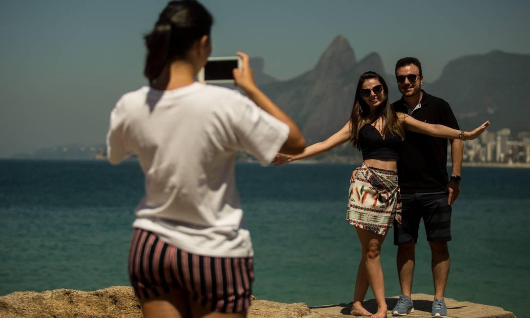 Na Praia do Arpoador, casal posa diante das lentes de uma amiga. Todo mundo quer tirar uma casquinha da cidade, que, claro, é maravilhosa mesmo Foto: Brenno Carvalho / Agência O Globo