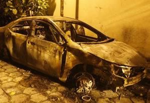 Carro do filho de Maninho foi incendiado após o crime Foto: Agência O Globo