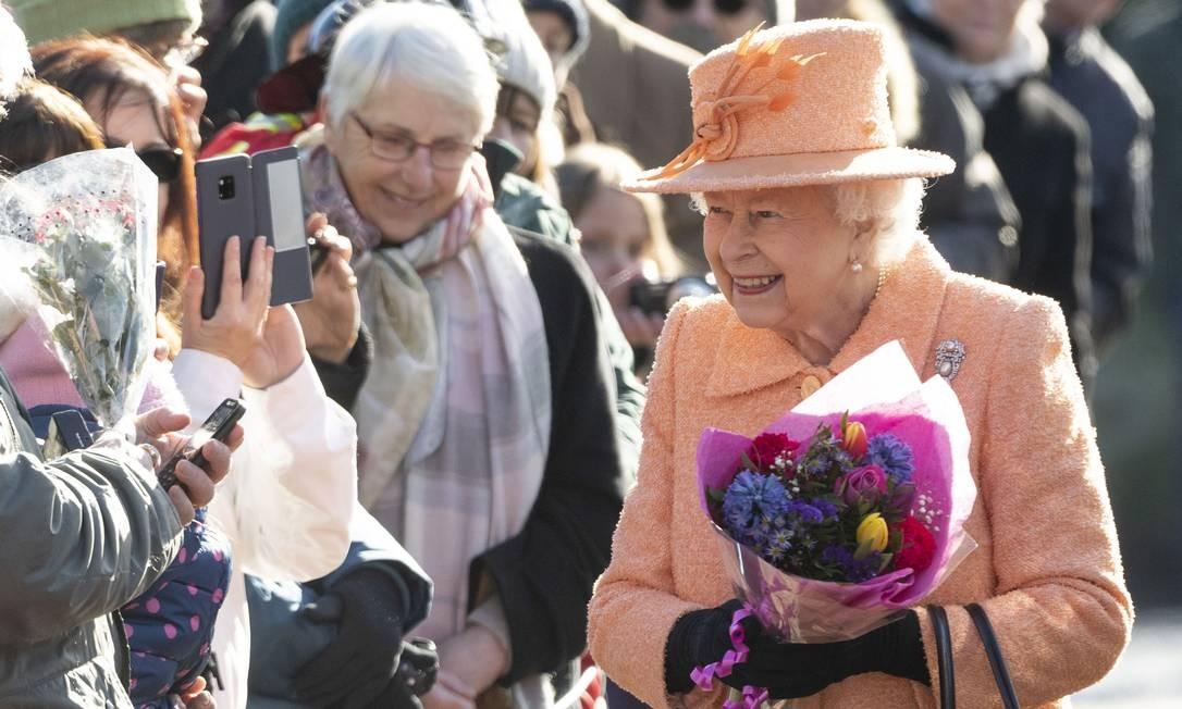 Na manhã deste domingo, a rainha Elizabeth II, de 92 anos, deu show de simpatia com os súditos enquanto caminhava em direção à igreja St. Peter and St. Paul, em West Newton, Inglaterra Foto: Mark Cuthbert / UK Press via Getty Images