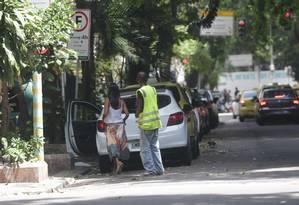 Flanelinha irregular é flagrado atuando na Rua Belford Roxo, em Copacabana Foto: Marcio Alves / Agência O Globo