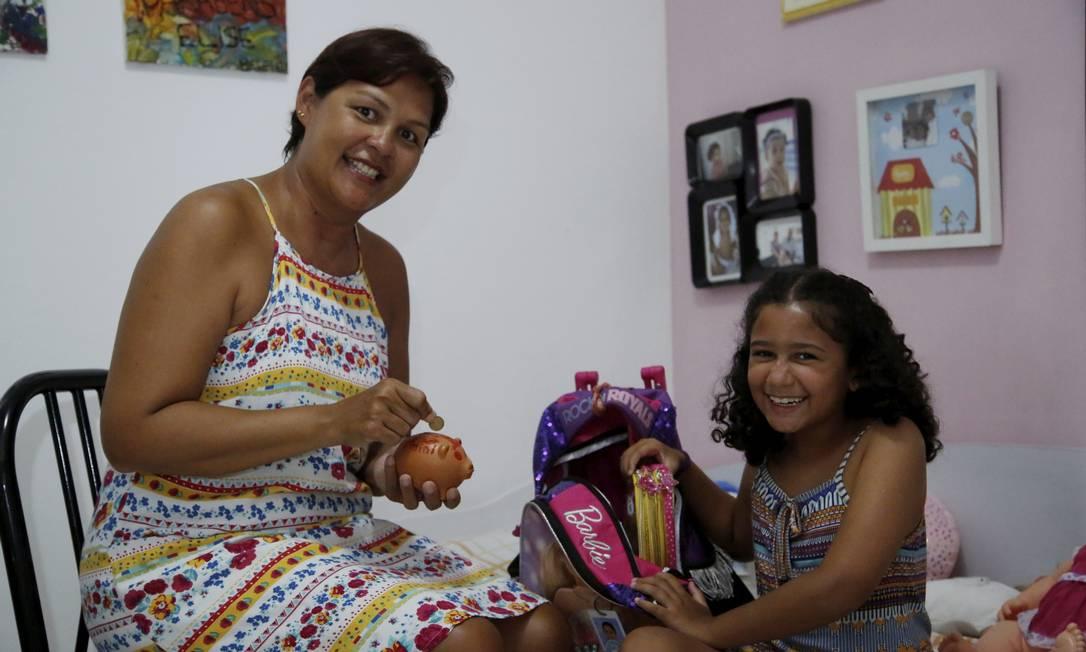 """Educando. Jennifer Lowe mostra a Elise a importância de poupar: """"Se os pais deixarem, os filhos querem comprar tudo. É sempre uma negociação"""" Foto: Fábio Guimarães / Agência O Globo"""