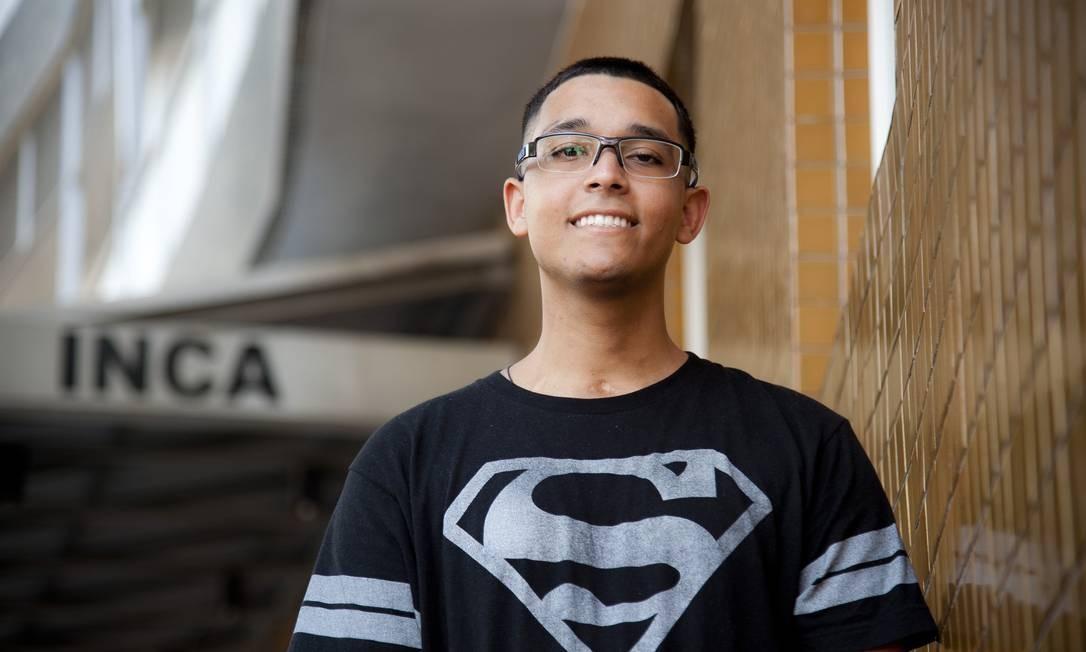 Yago de Lima foi diagnosticado com câncer aos 17 anos e o uso de uma nova droga o salvou Foto: Adriana Lorete / Agência O Globo