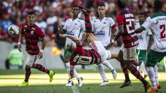 Diego acerta a bicicleta para fazer um dos gols do Flamengo Foto: Guito Moreto / Agência O Globo