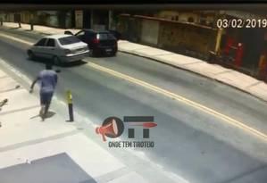 Renato caído no chão após ser baleado Foto: Reprodução de vídeo