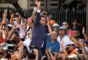 Líder opositor venezuelano, Juan Guaidó cumprimenta multidão durante protesto contra Nicolás Maduro em Caracas Foto: ANDRES MARTINEZ CASARES / REUTERS