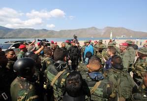 Presidente da Venezuela, Nicolás Maduro cumprimenta militares em base naval de Turiamo Foto: Palácio de Miraflores / REUTERS