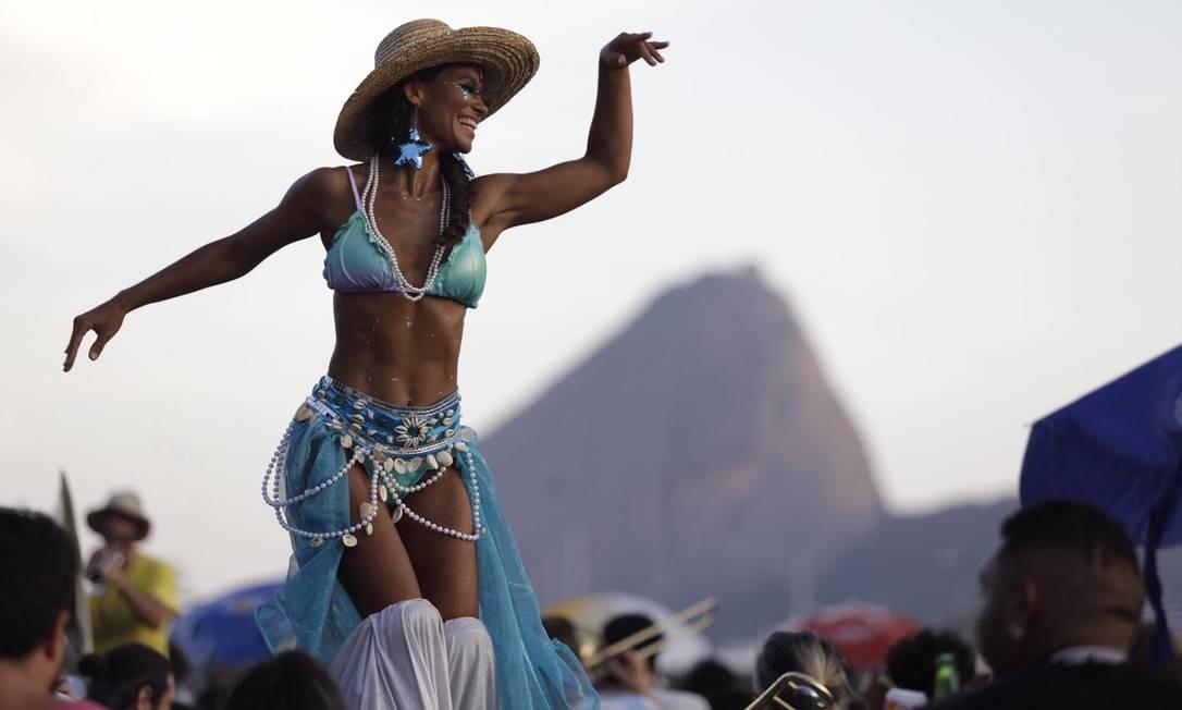 Foliona pernalta dança com a Orquestra Voadora no MAM Foto: Gabriel Monteiro