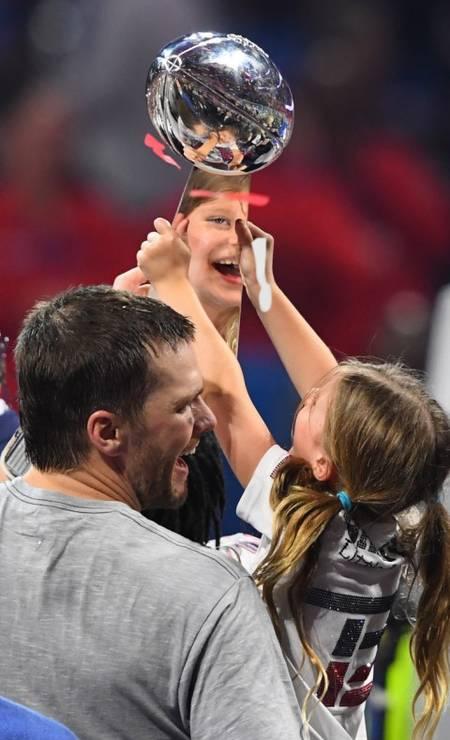 O reflexo de Vivi no troféu de Brady John David Mercer / USA TODAY Sports