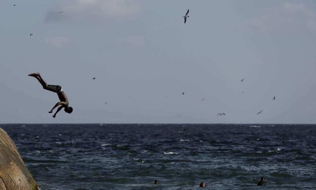 Um pulo na água para refrescar no calorão do Rio Foto: Domingos Peixoto