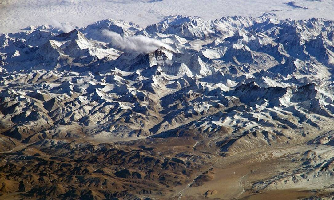 A região do Himalaia vista por uma astronauta a bordo da Estação Espacial Internacional (ISS): destaques as montanhas gigantes Makalu, a mais alta à esquerda, com 8.462 metros, e o Everest, o pico mais alto do mundo, com 8.848 metros, à direita Foto: Divulgação/Nasa