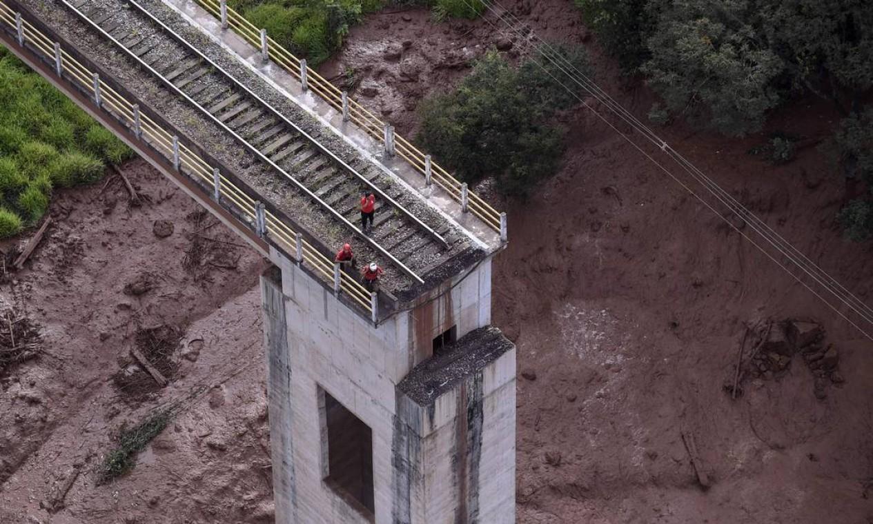 Vista aérea de uma ponte que tombou após o colapso da barragem da Mina do Feijão. A torrente de lama provocou a destruição de casas e plantações vizinhas à mineradora. Foto: DOUGLAS MAGNO / AFP