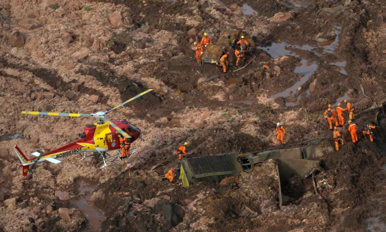 Equipe do Corpo de Bombeiros trabalha na busca de vítimas do rompimento da barragem. Helicópteros ajudaram os profissionais a alcançarem as áreas mais inacessíveis em meio ao 'mar de lama'. Foto: WASHINGTON ALVES / REUTERS
