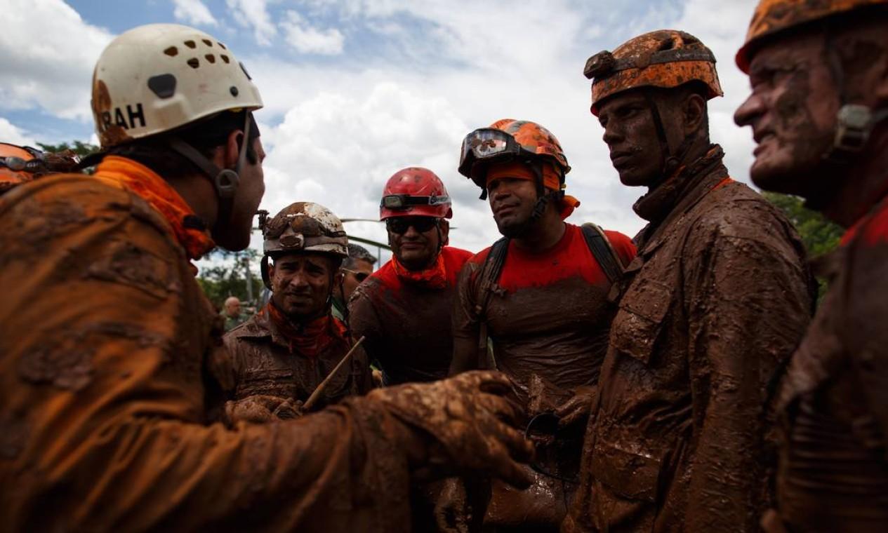 Bombeiros constatemente foram vistos sujos de lama após procura por vítimas no povoado em Brumadinho. Foto: Daniel Marenco / Agência O Globo