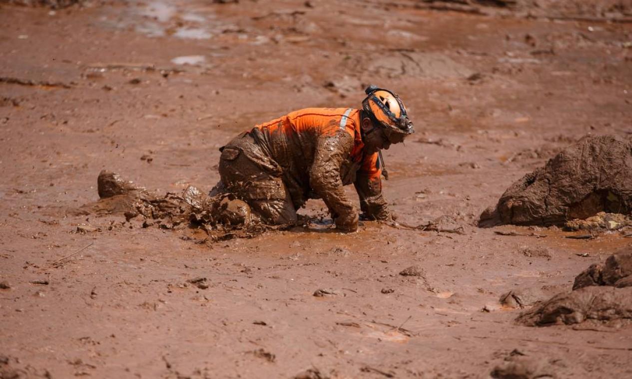 Soldados do Corpo de Bombeiros precisaram de fôlego para enfrentarar o terreno instável formado por rejeitos de minério. Foto: Daniel Marenco / Agência O Globo