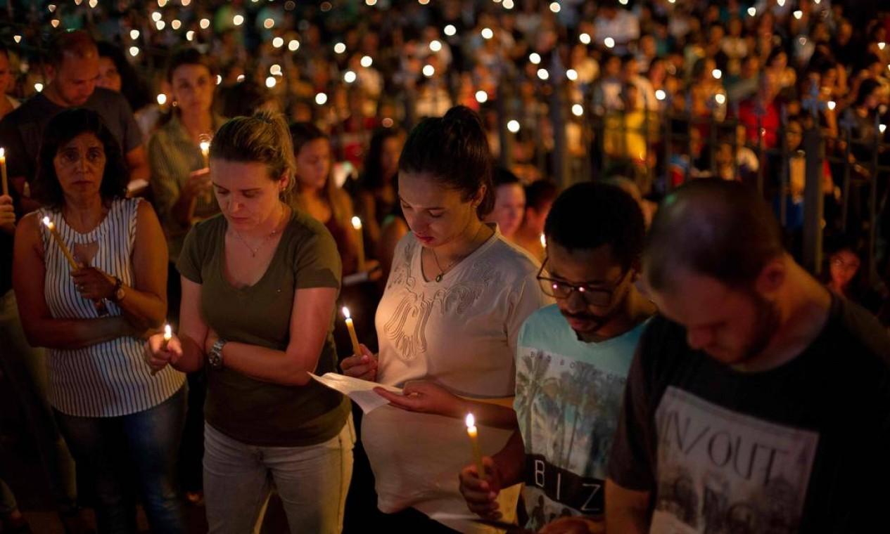 Pessoas rezaram do lado de fora da Igreja Matriz de Brumadinho durante um ato em homenagem aos desaparecidos e vítimas na comunidade do Parque das Cachoeiras. Foto: MAURO PIMENTEL / AFP