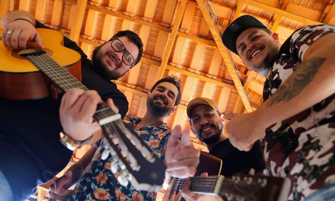 Os integrantes do Big Jhows, todos moradores de Goiânia, trabalham de segunda a sexta-feira e chegam a criar de quatro a seis músicas por dia Foto: JORGE WILLIAM / AGÊNCIA O GLOBO