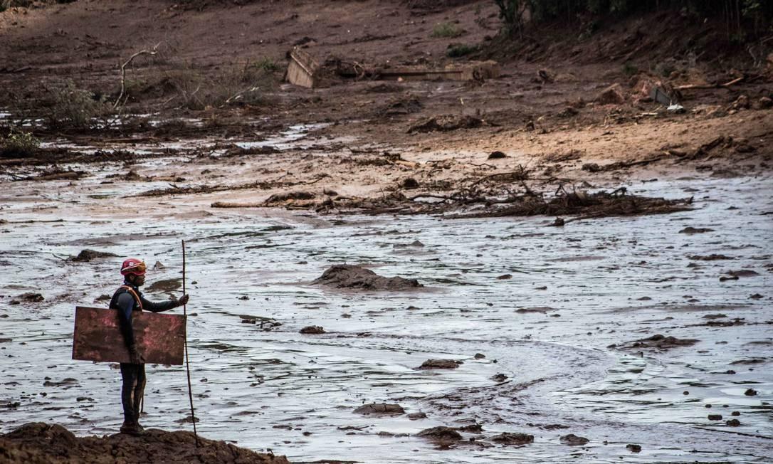 Equipes do corpo de bombeiros buscam por desaparecidos após rompimento da barragem em Brumadinho Foto: Joao Damasio/Ofotográfico / Agência O Globo