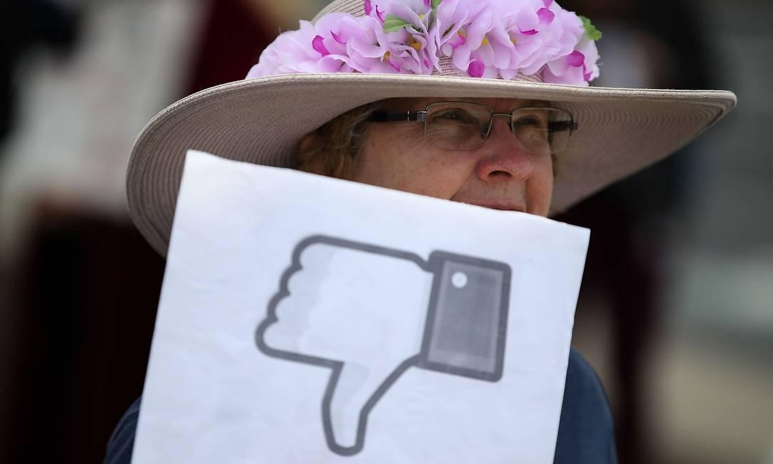 Protesto contra o Facebook em 2018: segundo estudo da NYU, sair da rede deixa pessoas mais felizes Foto: JUSTIN SULLIVAN / AFP