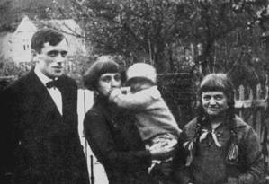 Marina Tsvetáieva com o marido, Serguei Efron, e os filhos, em Praga, 1925 Foto: Fine Art Images / Heritage Images/Getty Images
