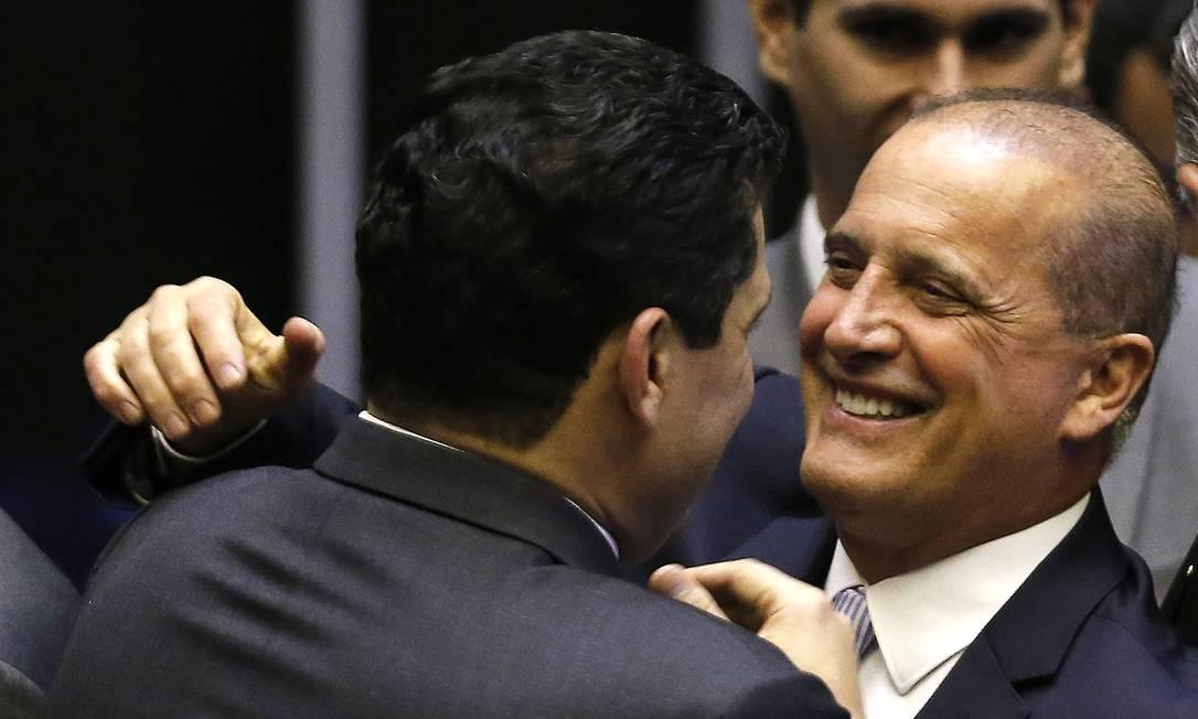 O ministro da Casa Civil, Onyx Lorenzoni, cumprimenta o presidente do Senado, Davi Alcolumbre Foto: Jorge William / Agência O Globo