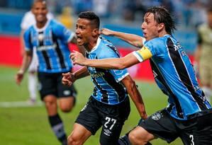 Cícero, à esquerda, comemora um de seus gols pelo Grêmio Foto: LUCAS UEBEL/GREMIO FBPA