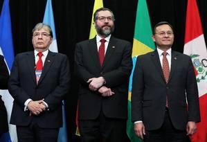 O ministro Ernesto Araújo (ao centro) com os chanceleres Carlos Holmes Trujillo, da Colômbia, e Nestor Popolizio, do Peru, durante reunião do Grupo de Lima, em Ottawa, Canadá Foto: CHRIS WATTIE / REUTERS