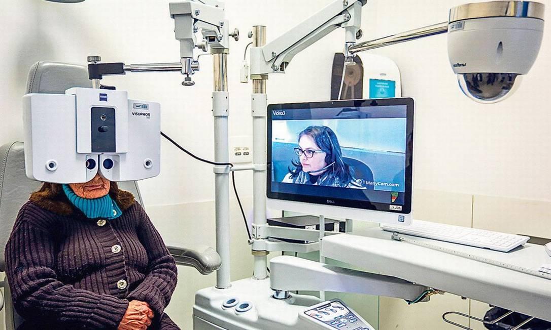 Paciente passa por consulta oftalmológica em Porto Alegre em programa de medicina à distância: médicos ponderam que consultas presenciais não devem ser negligenciadas Foto: Marcos Nagelstein/Folhapress/14-6-2018