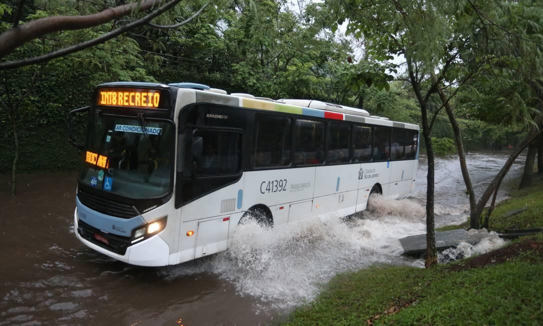 Ônibus passa por rua alagada em São Conrado Foto: Fabiano Rocha