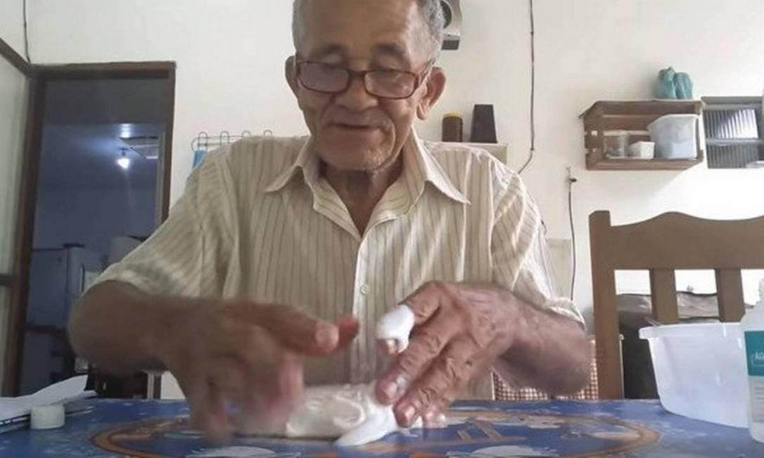 Nilson Izaias tenta fazer slime em vídeo que viralizou no YouTube Foto: Reprodução