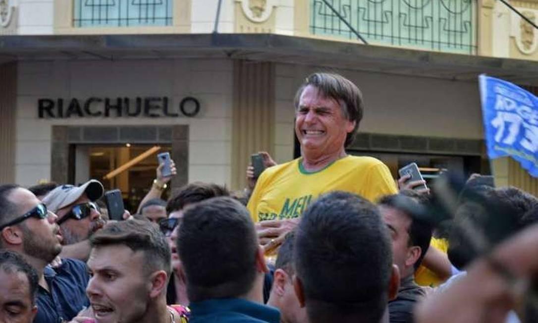 Em 6 de setembro, Bolsonaro leva uma facada durante atividade da campanha na cidade de Juiz de Fora (MG). Veja como foi a evolução da saúde de Bolsonaro desde o atentado. Foto: AFP