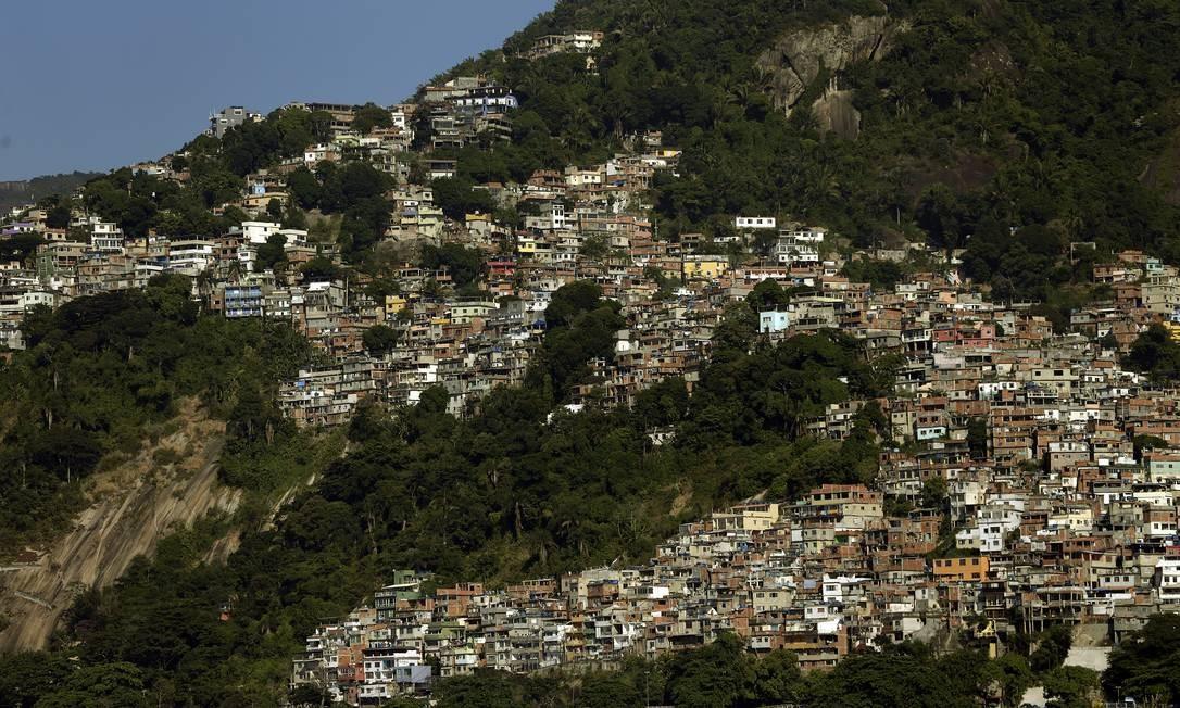 Vista da Favela do Vidigal, que avança entre as árvores em direção a São Conrado Foto: Antonio Scorza