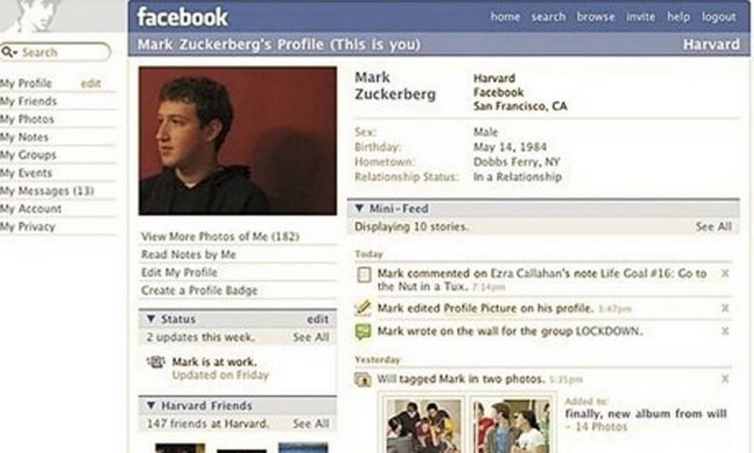 Após abrir a rede para estudantes de outras universidades, em 2005, mudar o nome para Facebook e aceitar o cadastro de qualquer pessoa a partir de 13 anos, a rede chegou, em 2006, a 12 milhões de usuários. Isso fez com que o visual das páginas ganhasse um novo formato (foto), incluindo o feed de notícias Foto: Reprodução