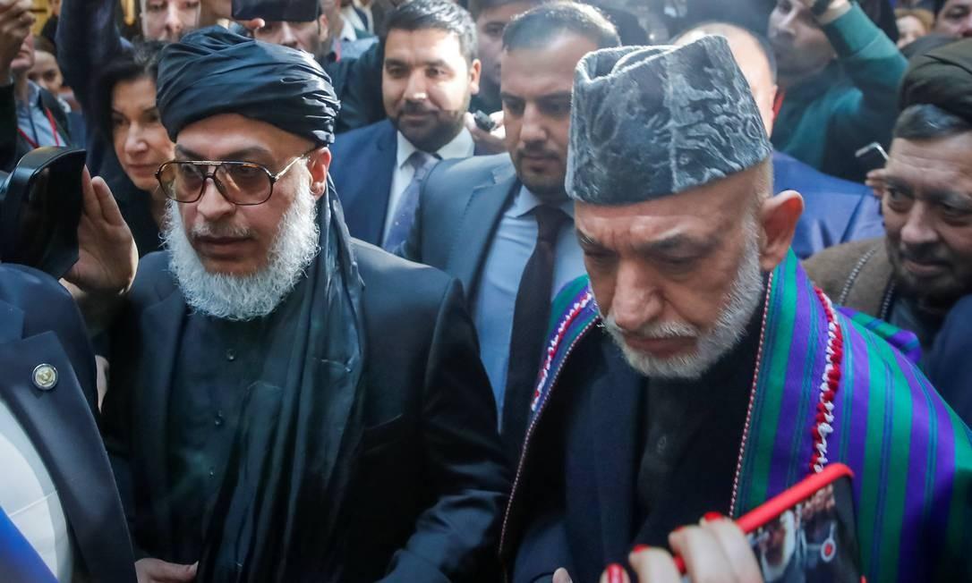 Ex-presidente afegão Hamid Karzai e porta-voz do Talibã Sher Mohammad Abbas Stanakzai chegam à conferência em Moscou Foto: MAXIM SHEMETOV / REUTERS