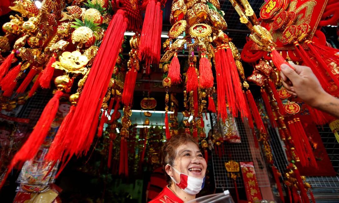 Mulher vende souvenirs durante festas de Ano Novo em Bangkok, na Tailândia Foto: SOE ZEYA TUN / REUTERS