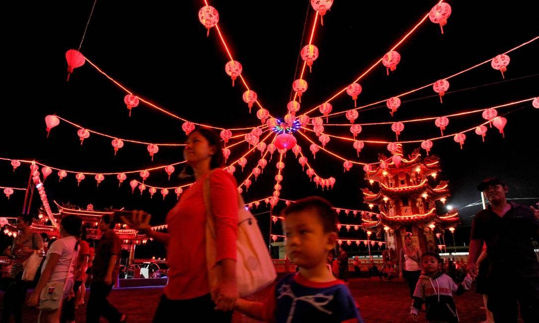 Em Bali, pessoas visita templo chinês no dia que começa o Ano Novo Chinês Foto: SONNY TUMBELAKA / AFP