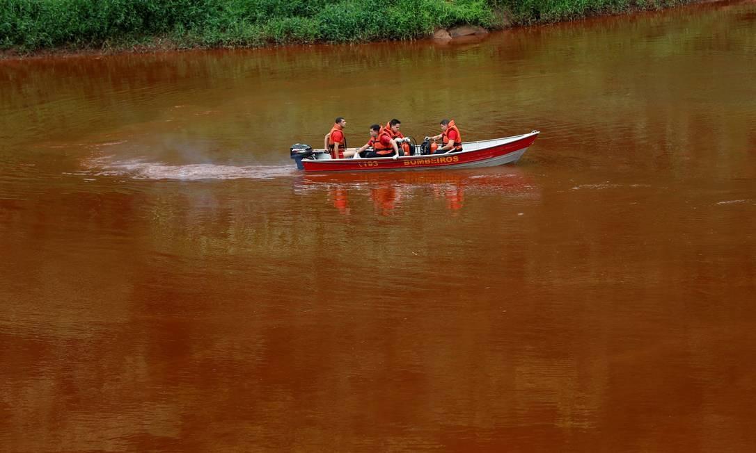 Equipes de resgate cruzam rio Paraopeba com águas rubras de lama depois do rompimento da barragem da Mina Córrego do Feijão em Brumadinho Foto: ADRIANO MACHADO / REUTERS