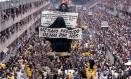 """No carnaval de 1989, desfile emblemático da Beija-Flor de Nilópolis fez história na Marquês de Sapucaí com o enredo """"Ratos e urubus, larguem minha fantasia!"""", que falava sobre o lixo, carregando na crítica social e abordando temas como favelas e moradores de rua. O desfile completa 30 anos nesta quinta-feira (7), tendo deixado na memória de milhares de foliões a imagem do Cristo coberto por um plástico preto devido a uma liminar judicial. Foto: Ricardo Leoni / Agência O Globo"""