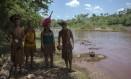 Índios da aldeia dos pataxós-Ha-ha-hae caminham às margens do rio Paraopeba, tomado pela lama de rejeitos liberada após o rompimento da barragem da Vale em Brumadinho no último dia 25: tribos sofrem impactos do desastre ambiental 30/01/2019 Foto: MAURO PIMENTEL / AFP