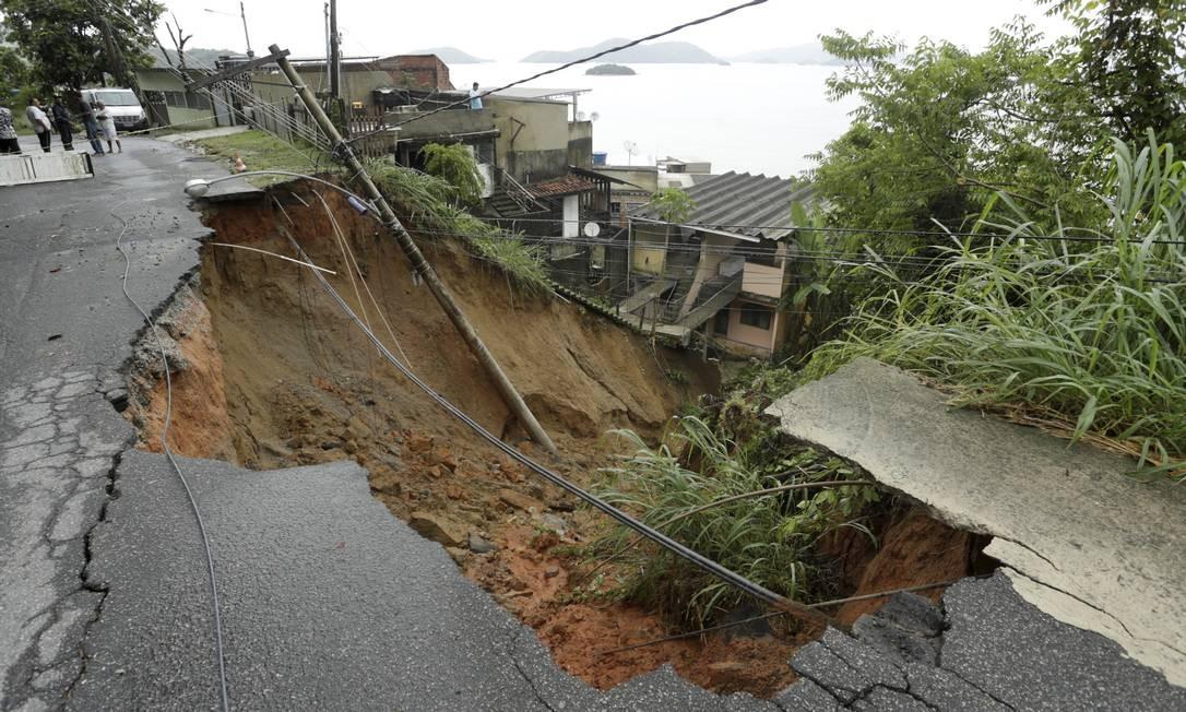 Uma enorme cratera foi formada após parte da RJ-14 desabar devido à chuva em Mangaratiba Foto: Gabriel de Paiva / Agência O Globo