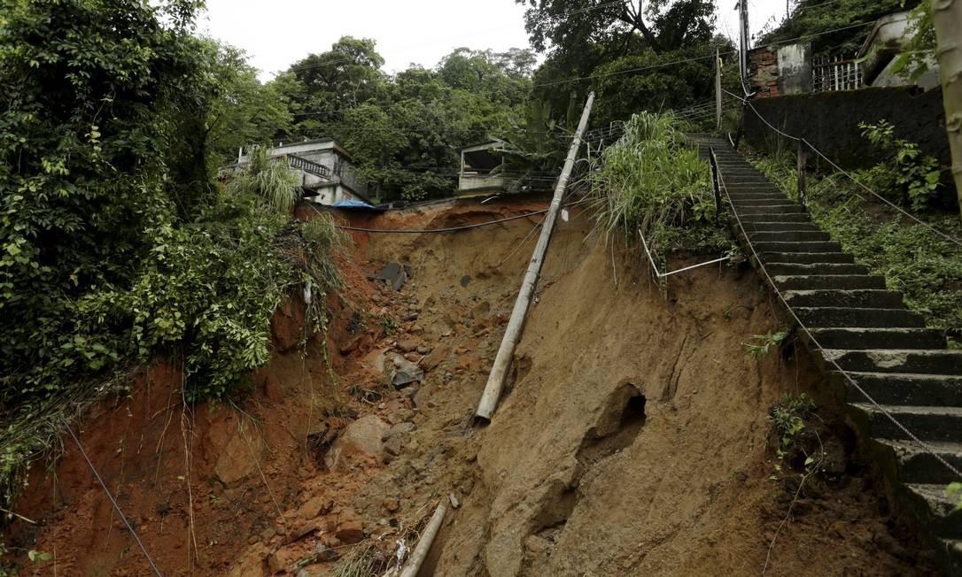 Terra que desceu da encosta atingiu tudo que tinha pela frente Foto: Gabriel de Paiva / Agência O Globo