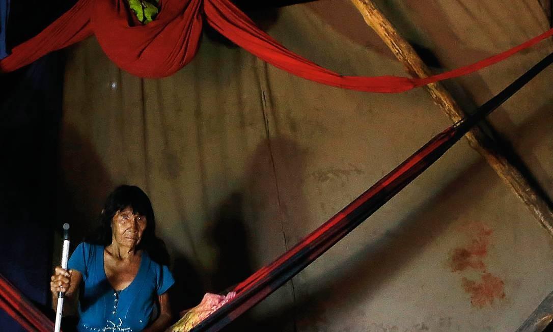 """Tanamakaru, avó da Lulu, desabafa sobre a saída de sua neta: """"Chorei, e Lulu estava chorando também por deixar a avó. Márcia levou na marra. Disse que ia mandar de volta, que quando entrasse de férias ia mandar aqui. Cadê?"""" Questionada sobre se sabia, no momento da partida de Lulu, que ela não mais retornaria, foi direta: """"Nunca"""". Foto: Jorge William / Agência O Globo"""